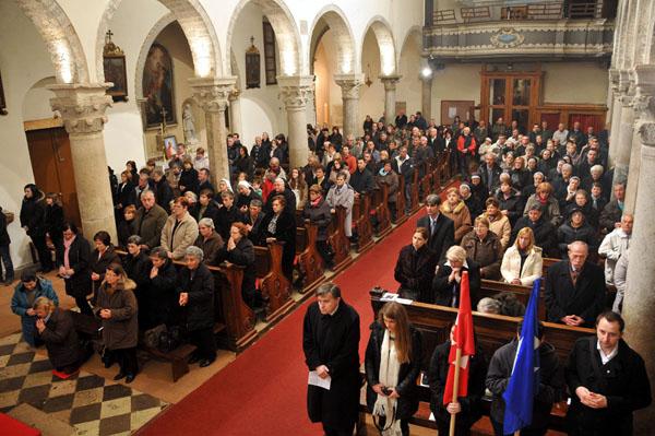Katedrala ispunjena vjernicima