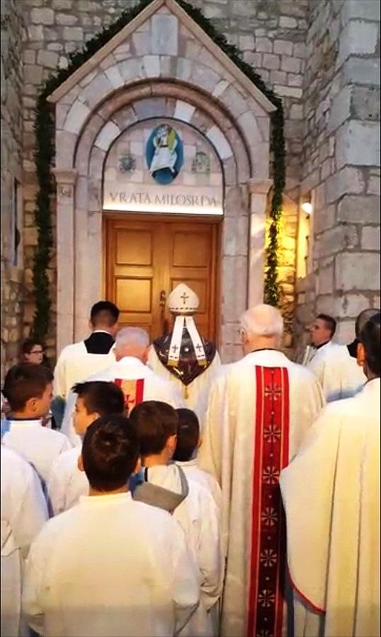 Biskup Ivica Petanjak otvara Vrata milosrđa u Krku