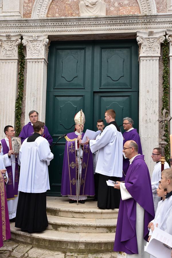 Mons. Valter Župan otvara Sveta vrata milosrđa u ex-katedrali u Osoru