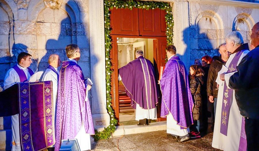 Mons. Slavko Zec, generalni vikar, otvorio je Sveta vrata milosrđa na ex-katedrali u Rabu