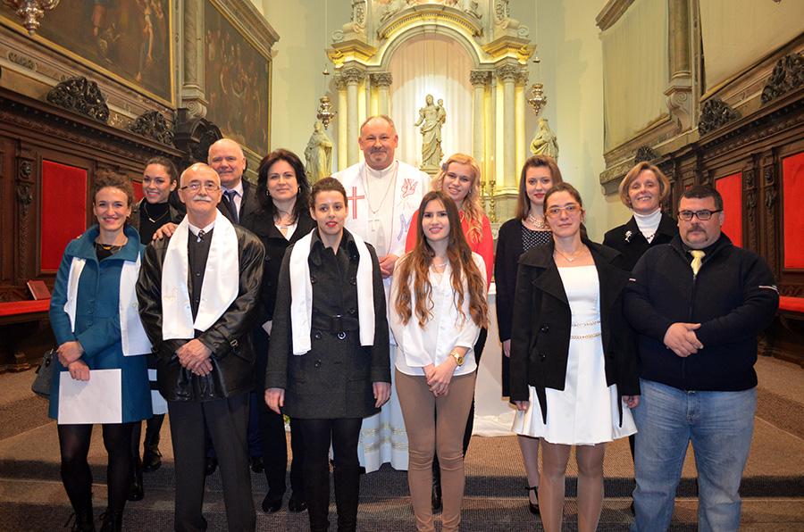 Ovogodišnji katekumeni sa svojim kumovima i biskupom Ivicom